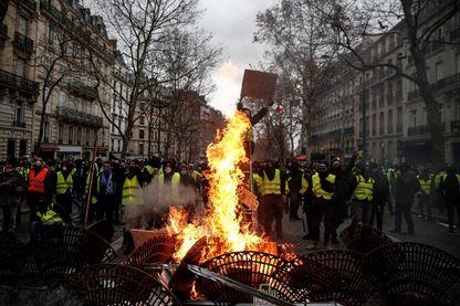 """Protestation de """"gilets jaunes"""" sur les Champs Elysées, samedi 08 décembre 2018 (Paris)."""