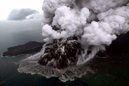 Le volcan Krakatoa en Indonésie, le 23 décembre 2018