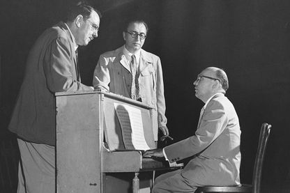 Maxwell Anderson et Rouben Mamoulian écoutant Kurt Weill au piano