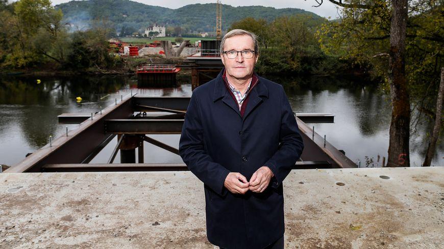 Germinal Peiro pose sur le chantier de la déviation de Beynac, en novembre 2018