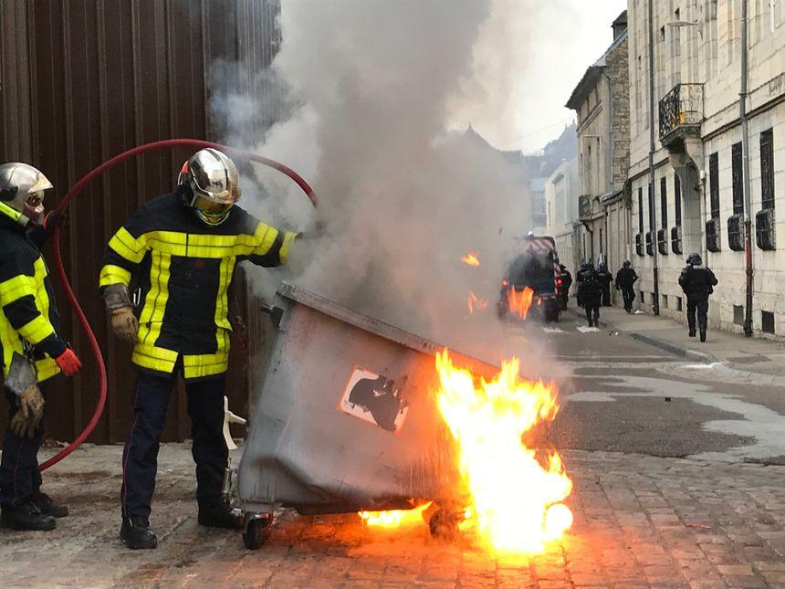 Des poubelles sont incendiées par les manifestants.