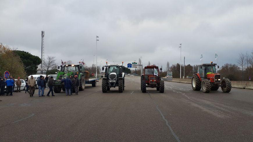 Les agriculteurs tarn-et-garonnais se mobilisent au péage de Montauban Sud, sur l'autoroute A62.