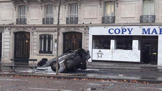 Quelques véhicules ont été incendiés aux abords de la place de l'Étoile à Paris