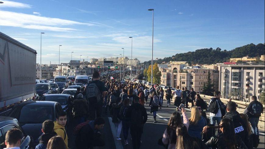 Plusieurs centaines de lycéens niçois ont marché sur la voie Mathis ce lundi matin