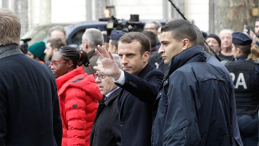 """Emmanuel Macron s'est rendu ce dimanche sur les lieux des violences perpétrées en marge de la mobilisation des """"gilets jaunes"""" à Paris."""