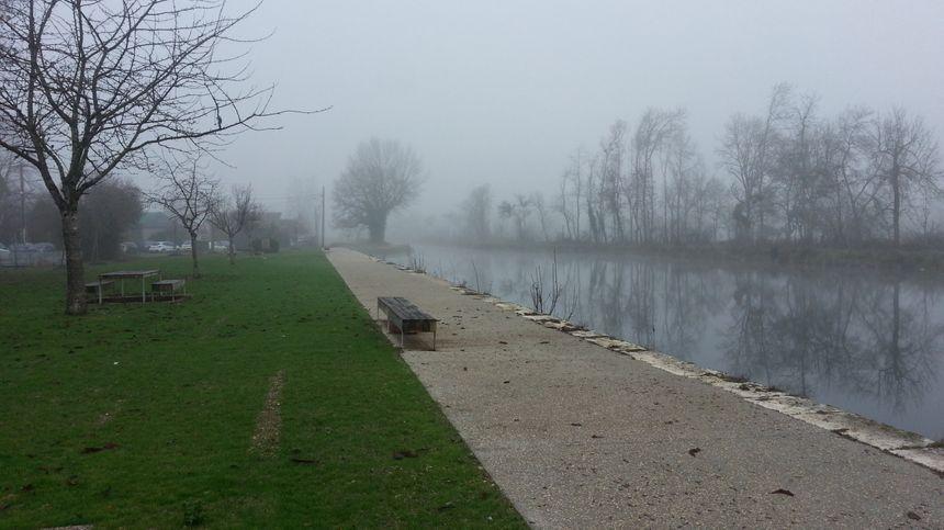 Le canal de Berry, aménagé pour les vélos, à Marmagne.