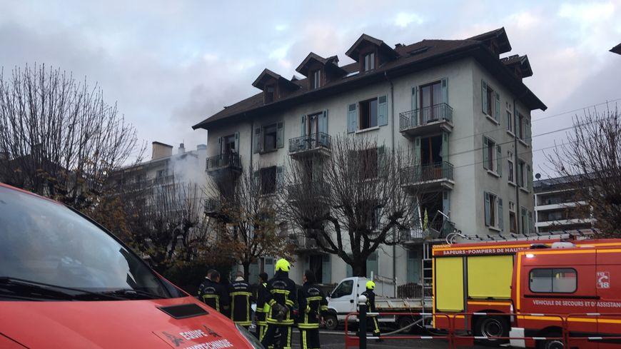 De la fumée s'échappe encore après l'incendie et l'explosion qui ont ravagé l'immeuble du centre d'Annecy.