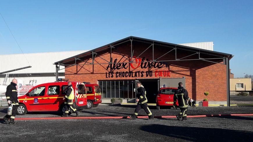Les pompiers s'activent autour de la chocolaterie de la Forêt-des-Loges ce mardi 25 décembre.