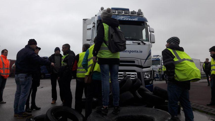 """Les gilets jaunes ont voté la fin du blocus de la gare maritime de Cherbourg, mais d'autres actions """"coup de poing"""" son prévues"""