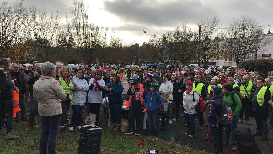 Plus de 300 personnes réunies avant le départ devant la maison médicale du Blanc.