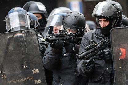 Mobilisés plusieurs samedis de suite, en plus des lycéens et de la menace terroriste, les policiers disent leur mal-être