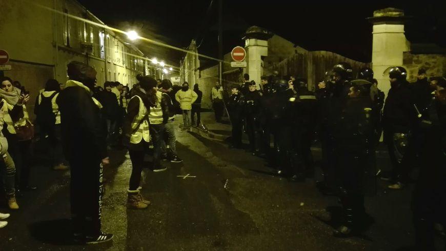 Plus tôt dans la soirée, les gilets jaunes avaient fait face aux policiers et gendarmes sans heurts, près de Logista au Mans