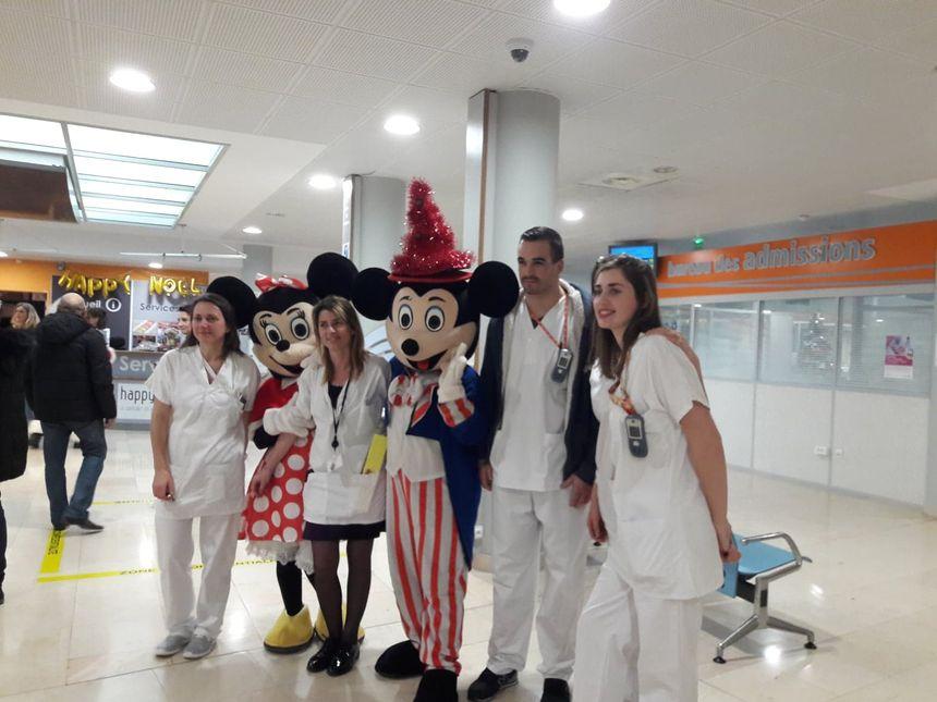 Les soignants qui passent la nuit de noël à l'hôpital sont retombés en enfance en voyant les mascottes