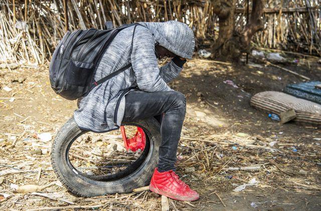 Un migrant d'Afrique sub-saharienne se cache de la police dans une forêt des environs de Tanger (Maroc) en octobre 2018