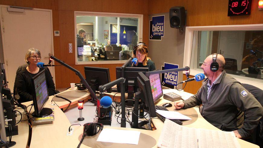Céline, à gauche, dans les studios de France Bleu Gascogne