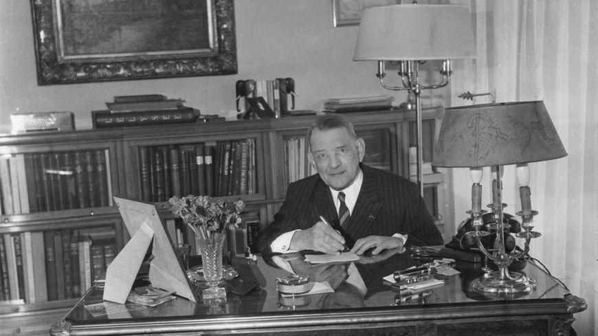 René Coty L'ancien président français René Coty (1884 - 1962) dans son appartement du Havre, au lendemain du jour de son anniversaire, le 21 mars 1962.