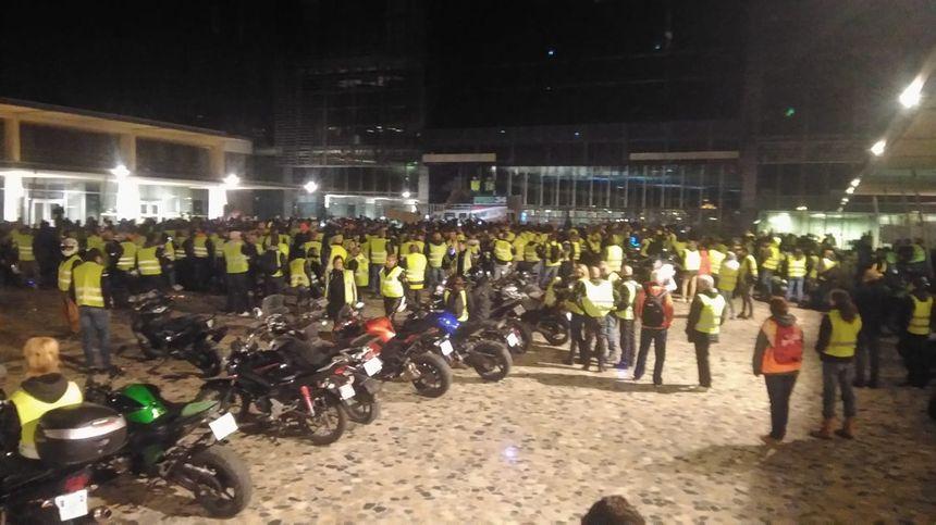 Les motards jaunes et des gilets jaunes devant l'hôtel de ville de Montpellier.