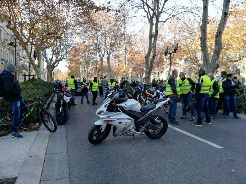 Une vingtaine de motards se sont rassemblés devant la préfecture du Gard
