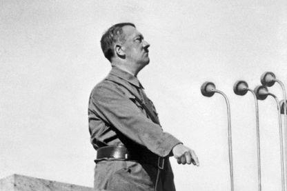 le chancelier nazi Adolf Hitler (1889-1945) lors d'un discours en 1937. Après son arrivée au pouvoir en janvier 1933, il a suspendu la Constitution, et a mis le Parti Nazi au pouvoir.