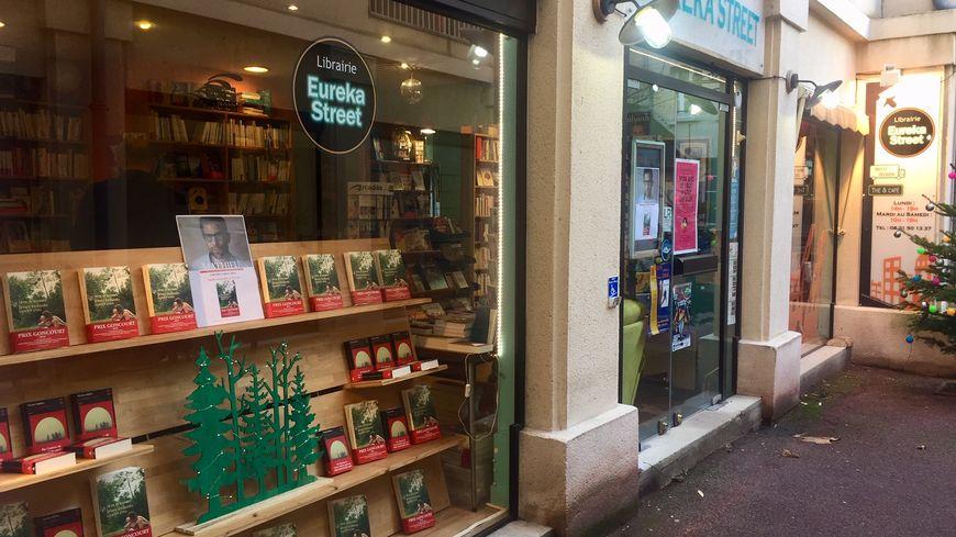 La petite librairie, nichée au fond d'une cour dans le centre ville de Caen, s'apprête à accueillir le lauréat du Prix Goncourt... et beaucoup de lecteurs !
