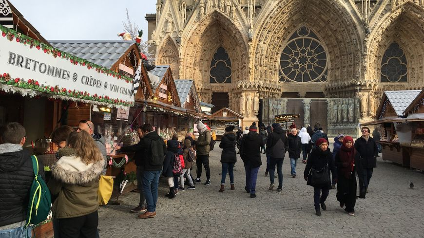 Les stands installés au pied de la Cathédrale Notre Dame à Reims.