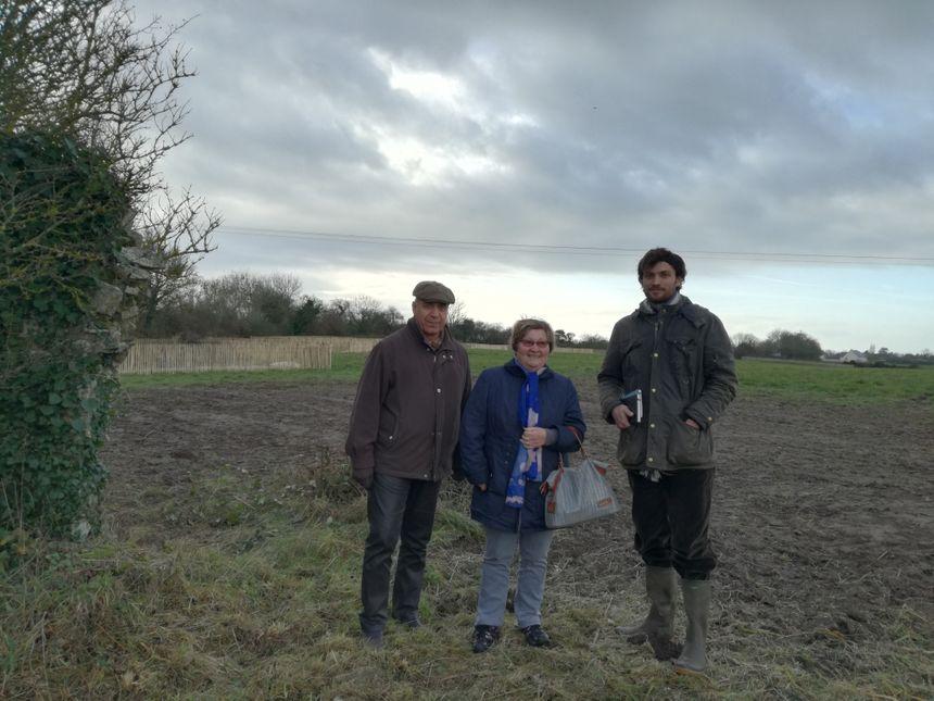 La maire de Pirou Noëlle Leforestier et un adjoint en compagnie du paysagiste Thibault Guezais visite le chantier du parc