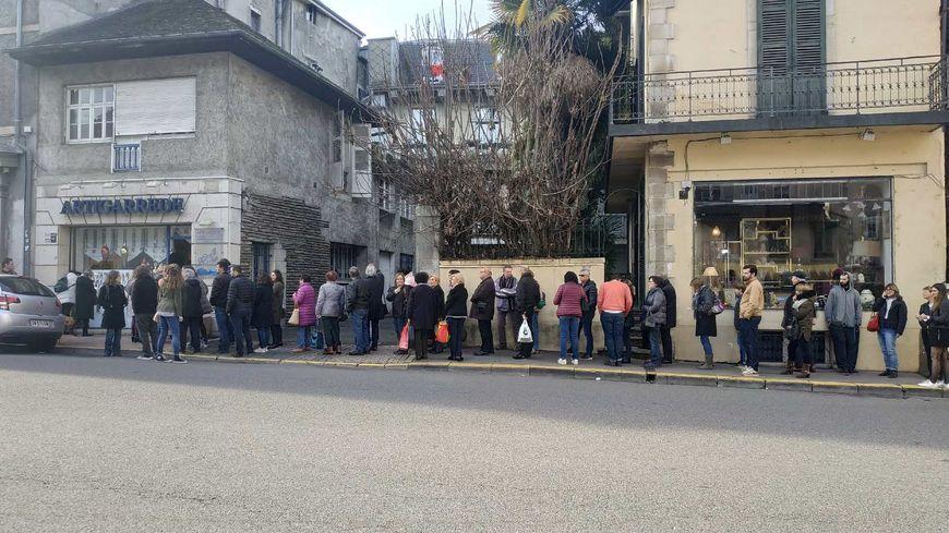 Une heure de queue devant chez Artigarrède à Pau ce lundi