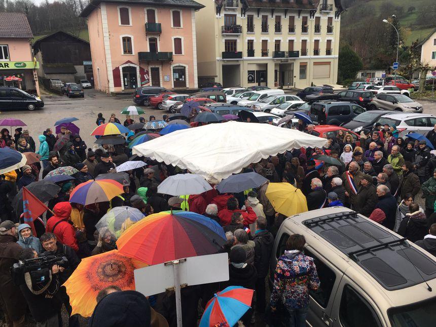 Plus de 200 manifestants se sont réunis en gare de Lépin-le-Lac ce dimanche. - Radio France