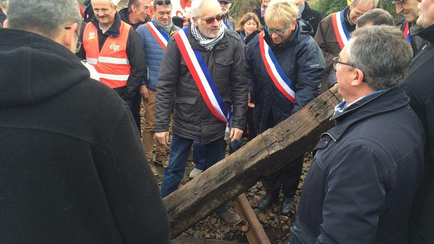 Des élus ont retiré ce jeudi les traverses de bois installés sur les rails à hauteur de Saillat-sur-Vienne (Haute-Vienne)