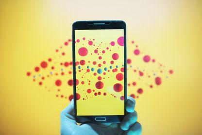 Les points colorés prennent la forme d'une bouche et deviennent visibles avec un smartphone