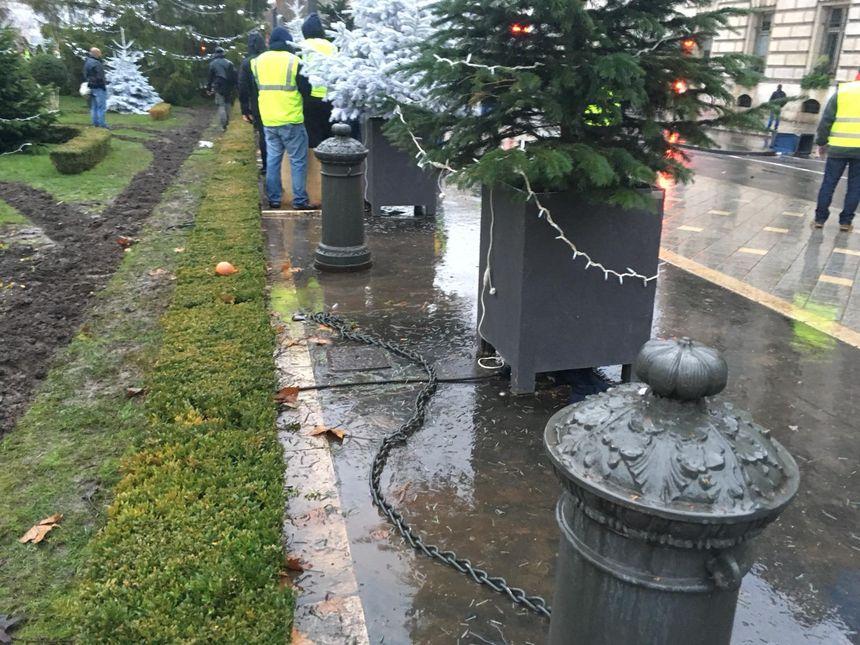 Les chaines qui entourent les fontaines de la place Jean Jaurès ont été décrochées.Certaines ont été emportées.