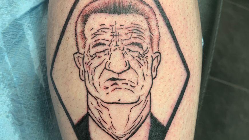 Le tatouage qui reproduit la caricature du dessinateur Marsault.