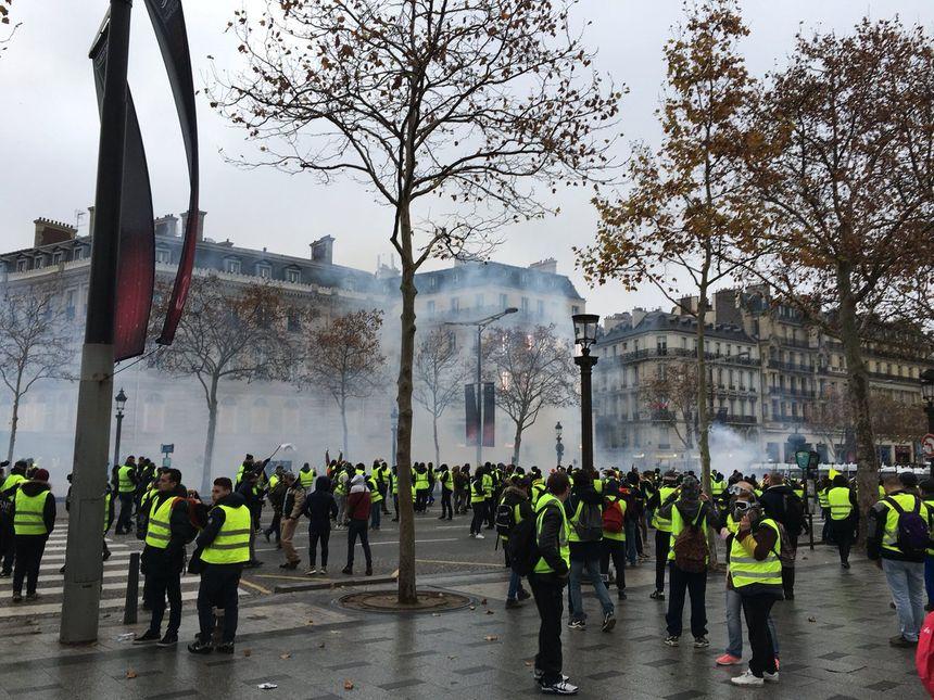Premiers tirs de gaz lacrymogène par les CRS ce samedi à Paris.
