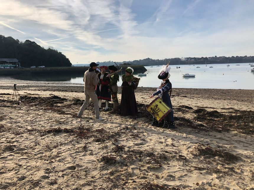 Il faut être patient et ne pas avoir trop froid ce jour de fin décembre sur la plage de Saint-Malo pour les figurants
