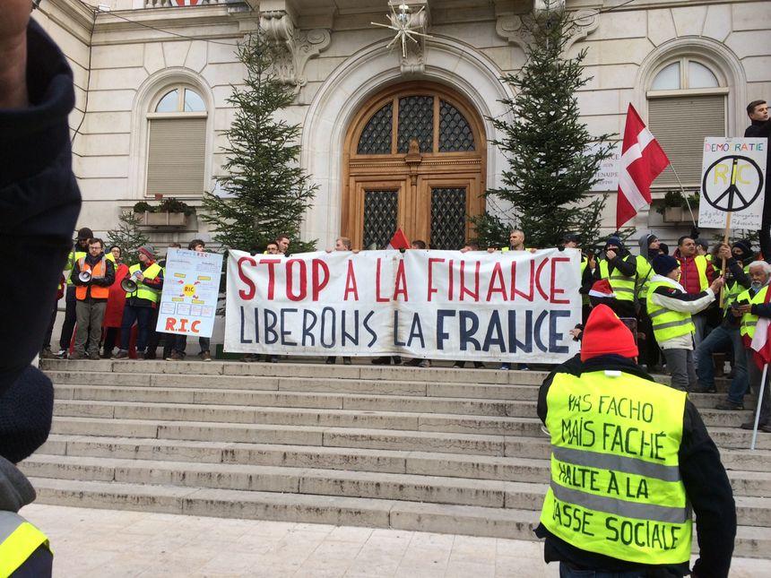 Les gilets jaunes devant la mairie à Chambéry ce samedi matin.