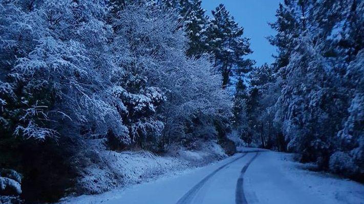 Route enneigée à Champval près des Vans, dans le Sud Ardèche