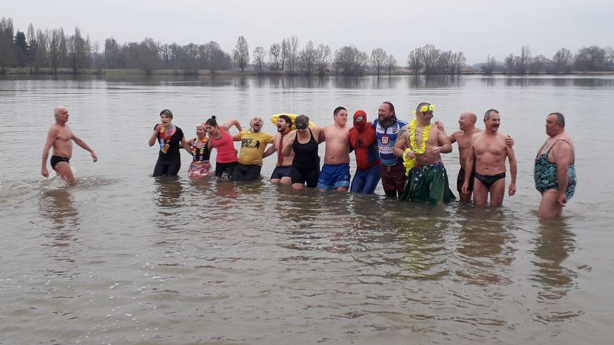 14 courageux ont accepté de se baigner dans une eau très froide