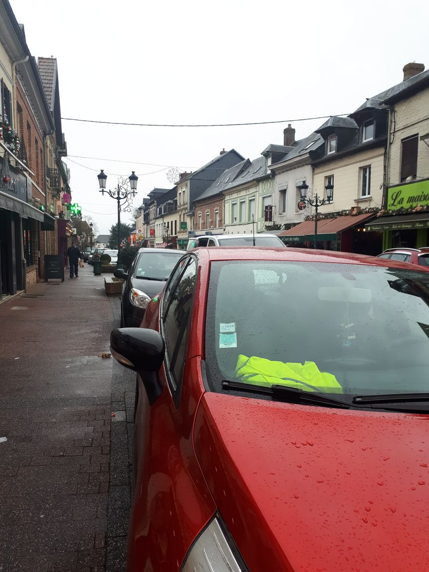 Dans la commune de Grand Bourtheroulde dans l'Eure de nombreux habitants ont posé un gilet jaune dans leur voiture