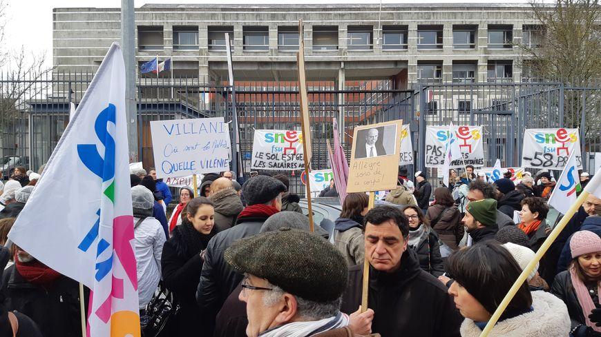 Plusieurs centaines de professionnels de l'Education Nationale se sont rassemblés jeudi matin devant le rectorat à Limoges