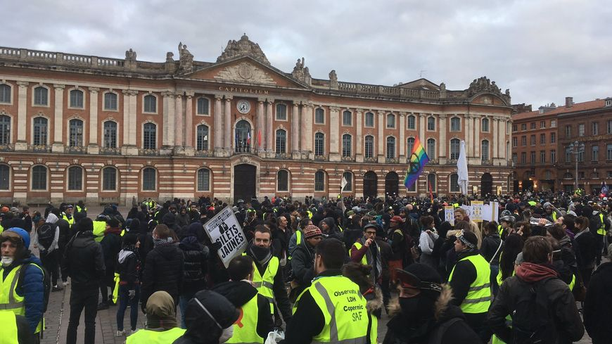 Beaucoup de gilets jaunes devant la mairie de Toulouse sur la place du Capitole