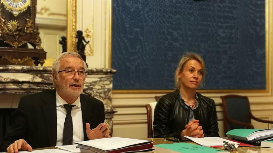 Le maire de Dijon, François Rebsamen et sa première adjointe, Nathalie Koenders lors de la réunion d'avant conseil