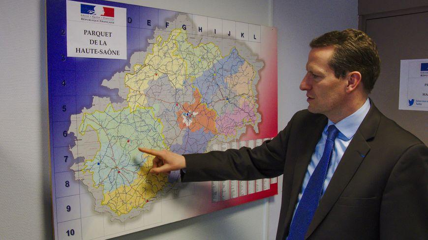 Le procureur de la république de Vesoul Emmanuel DUPIC montre sur la carte la distance entre les lieux du trafic et le quartier Planoise à Besançon d'où provenait la cocaïne de ce trafic rural.