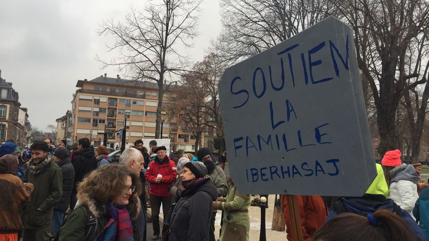 Une soixantaine de personnes s'est rassemblée devant la préfecture à Colmar