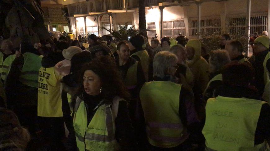 Les gilets jaunes niçois ont manifesté devant le palais Acropolis ce vendredi soir