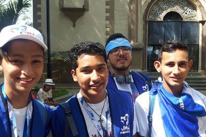 Dans la foule des JMJ, Saul avec ses amis du Nicaragua, (deuxième en partant de la gauche), forcé de vivre désormais au Panama