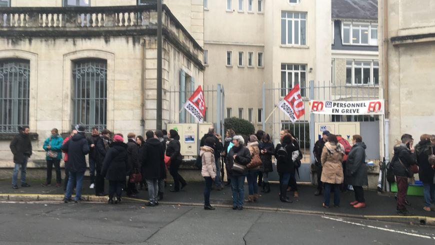 Une cinquantaine de salariés de la MSA Dordogne rassemblés pour protester contre leurs ministères de tutelle qui leur refusent la prime Macron.