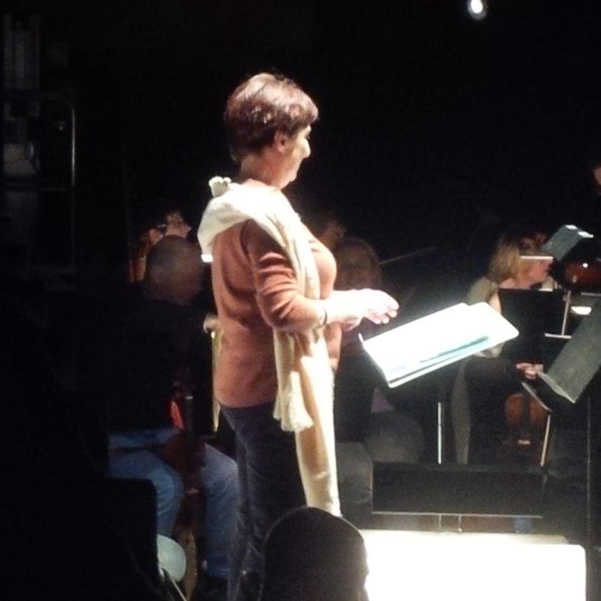 """Françoise Lasserre à la tête de l'orchestre """"Akadémia""""."""
