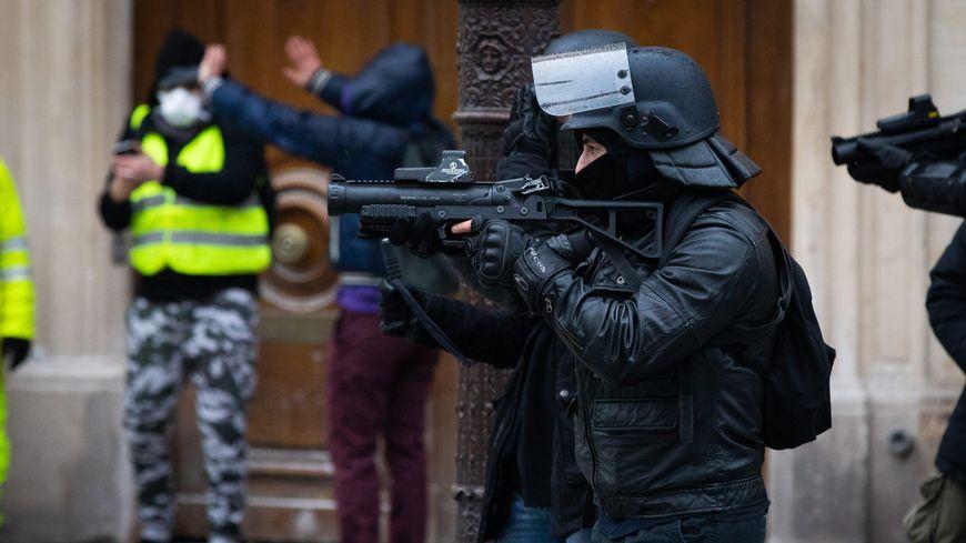 Les forces de l'ordre armées de lanceurs de balles de défense le 15 décembre 2018 à Paris