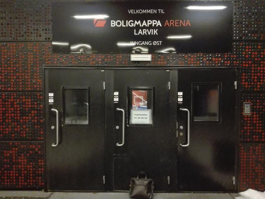 L'entrée des joueuses dans la splendide salle des handballeuses norvégiennes de Larvik (Boligmappa Arena, 4.400 places)