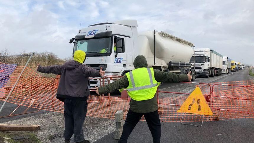 De nombreux camions sont à l'arrêt près des terminaux du port.
